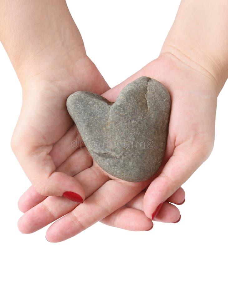 Coração da pedra nas mãos foto de stock royalty free