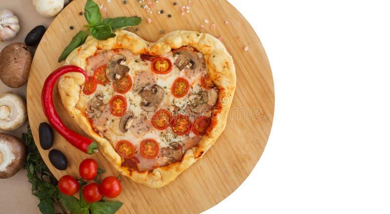 Coração da pizza dado forma na madeira foto de stock royalty free
