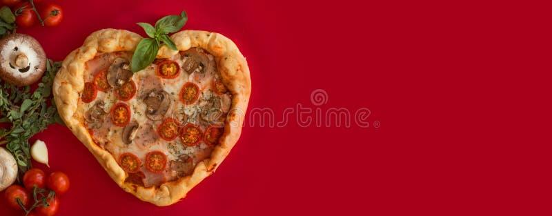 Coração da pizza dado forma no vermelho imagens de stock royalty free