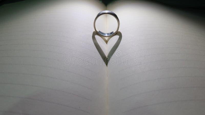 Coração da sombra no diário vazio foto de stock royalty free