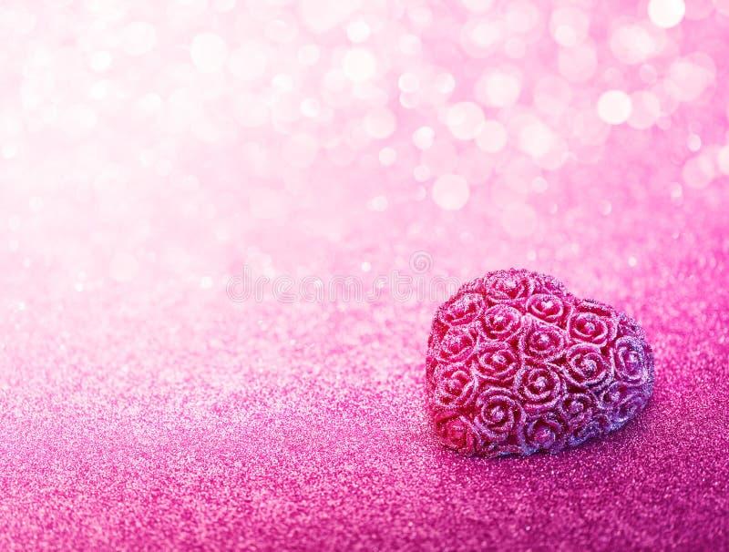 Coração de brilho dado forma no fundo cor-de-rosa foto de stock