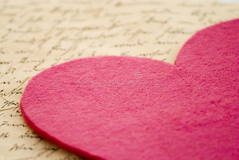 Coração de feltro da cor-de-rosa fotografia de stock royalty free