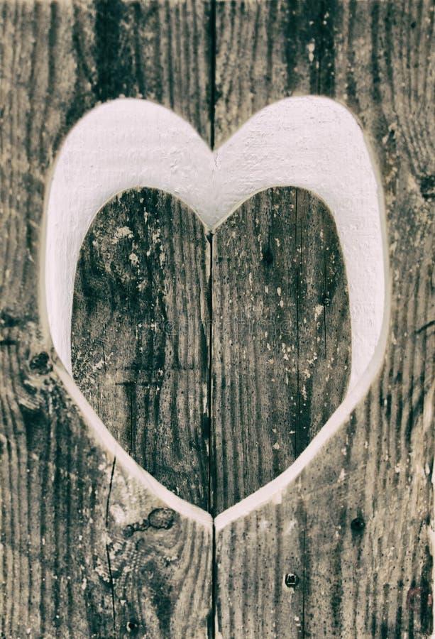 Coração de madeira do amor preto e branco imagem de stock royalty free