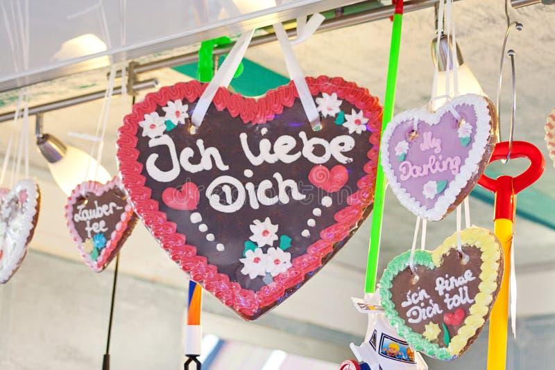 Coração de pão-de-gengibre na tradição alemã mercado de natal Tradução de texto 'Eu te amo' imagem de stock