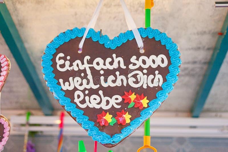 Coração de pão-de-gengibre na tradição alemã mercado de natal Tradução de texto 'só porque te amo' imagens de stock royalty free