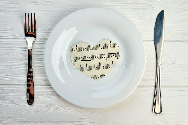 Coração de papel com notas musicais na placa branca fotos de stock
