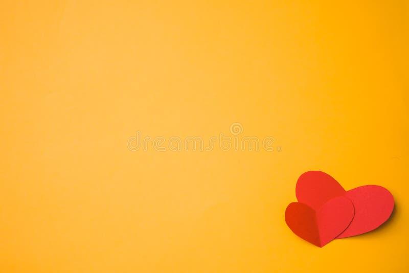Coração de papel feito com mãos foto de stock
