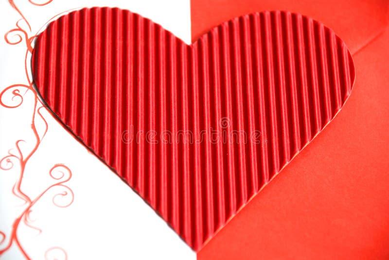 Coração de papel vermelho com envelope vermelho imagens de stock