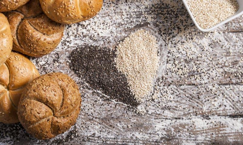 Coração de sementes de sésamo com bolos do pão fotografia de stock