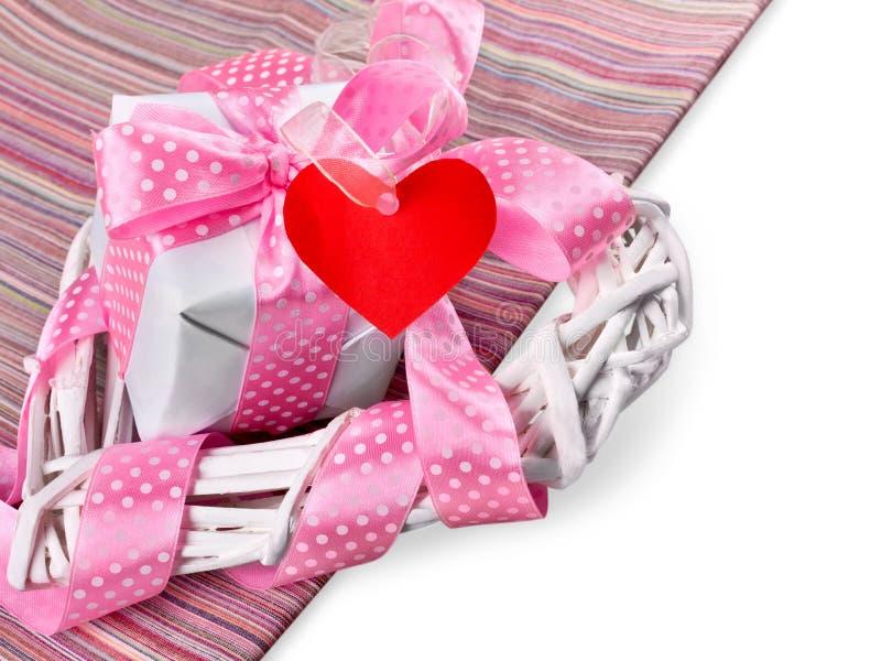 Coração decorativo bonito com fita e o presente cor-de-rosa fotos de stock royalty free
