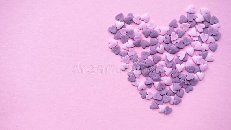 Coração decorativo no fundo cor-de-rosa Copie o espaço imagens de stock