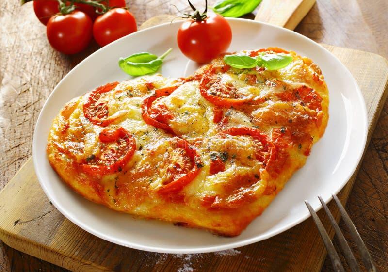 Coração delicioso pizza italiana dada fôrma fotos de stock royalty free