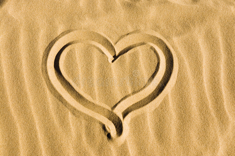 Coração desenhado na areia fotografia de stock