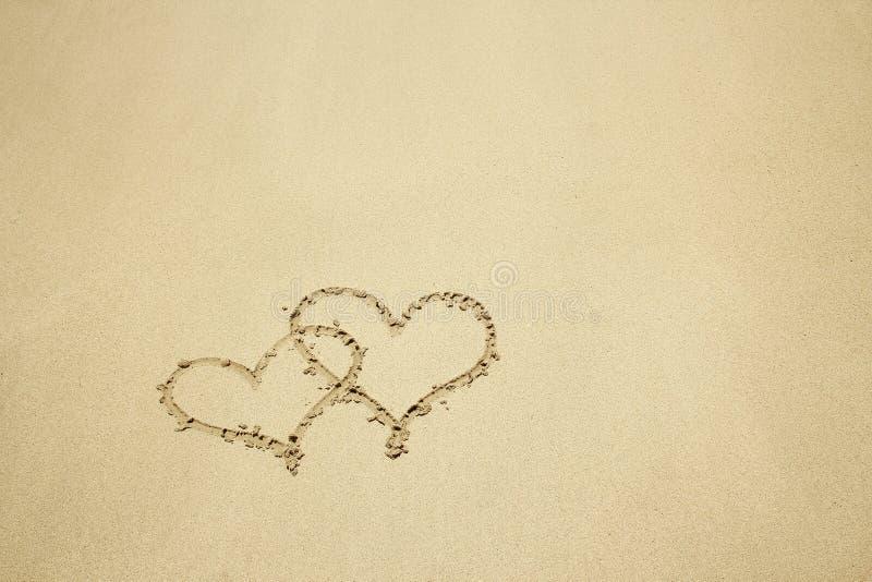 Coração desenhado na areia fotos de stock