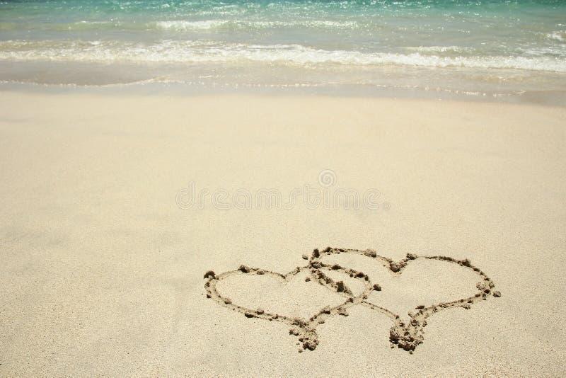 Coração desenhado na areia imagens de stock
