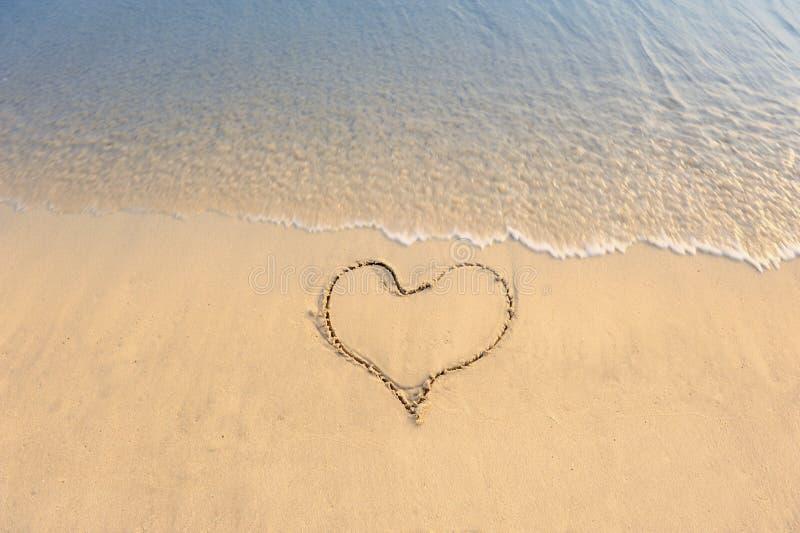 coração desenhado na praia fotografia de stock royalty free