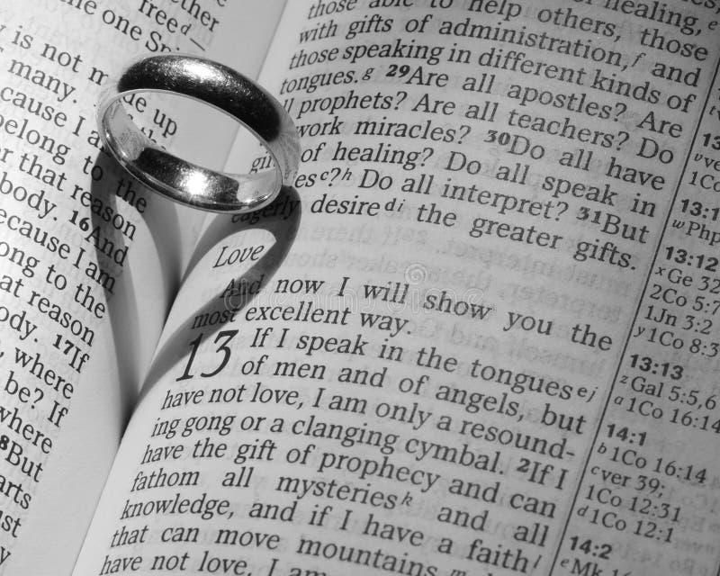 Coração do anel de casamento imagens de stock royalty free