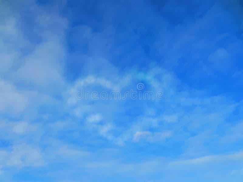 Coração do céu Um céu alto de turquesa com nuvens brancas foto de stock