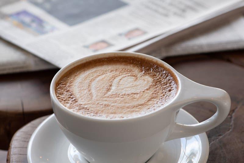 Coração do cappuccino em um copo branco imagens de stock