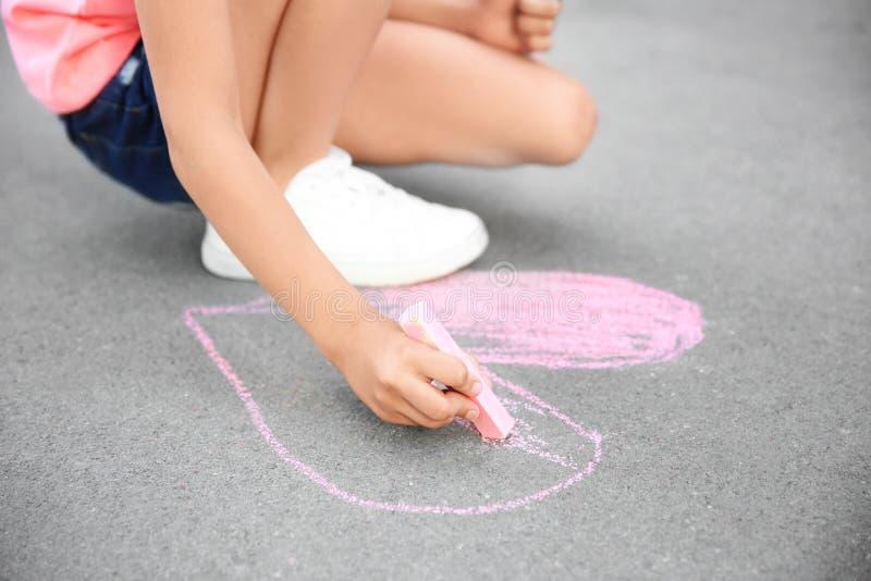 Coração do desenho da criança pequena com giz no asfalto fotografia de stock