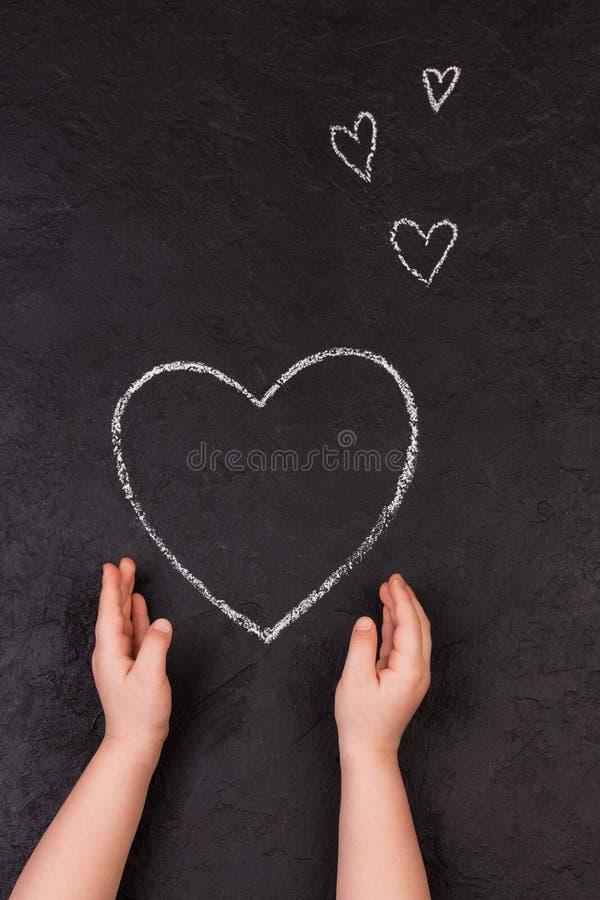 Coração do desenho da mão com giz Menina bonito com símbolo do amor imagem de stock royalty free