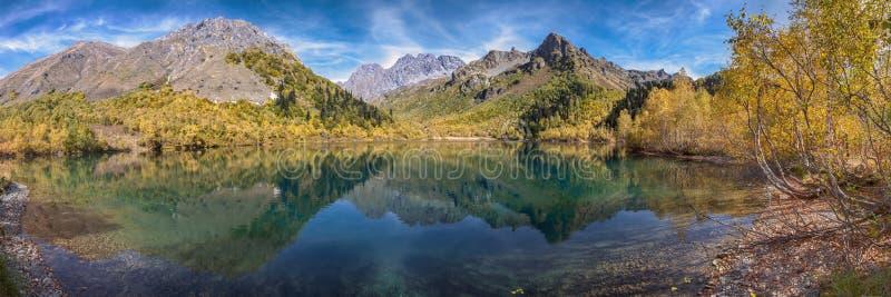 Coração do espelho de Kardyvach do lago da reserva caucasiano da biosfera Rússia, região de Krasnodar fotos de stock