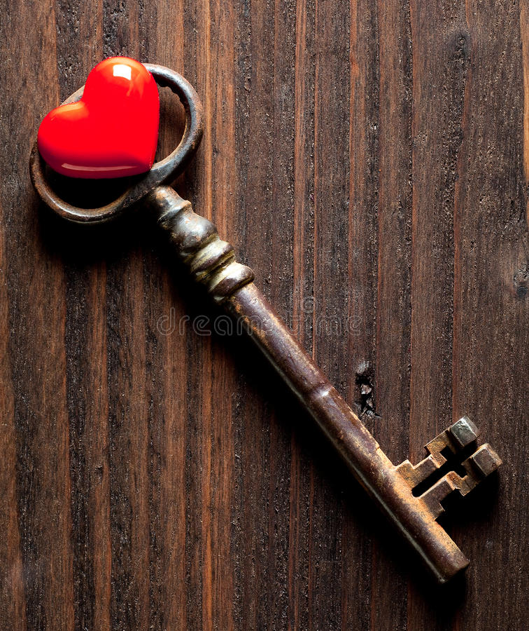 Coração do Valentim e chave oxidada fotos de stock royalty free