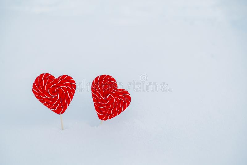 Coração-doces dois na neve o conceito da declaração do amor e dos doces, o dia de Valentim Um símbolo doce do amor fotos de stock