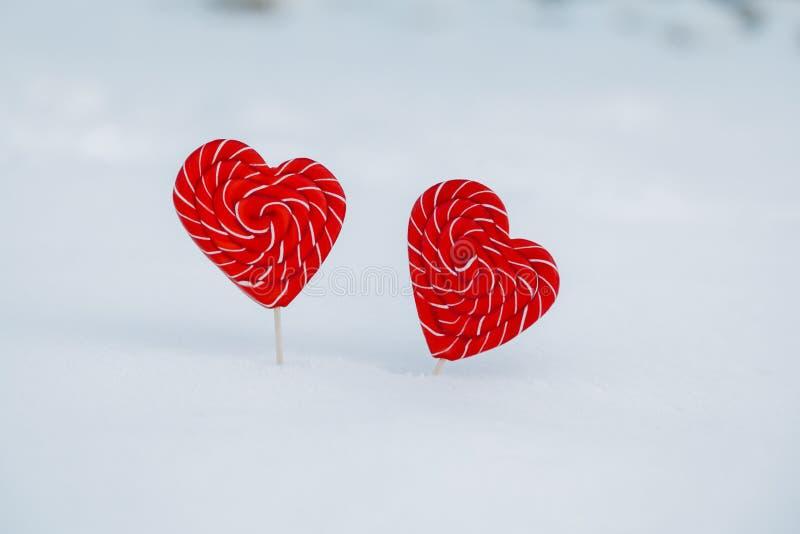 Coração-doces dois na neve o conceito da declaração do amor e dos doces, o dia de Valentim Um símbolo doce do amor imagem de stock