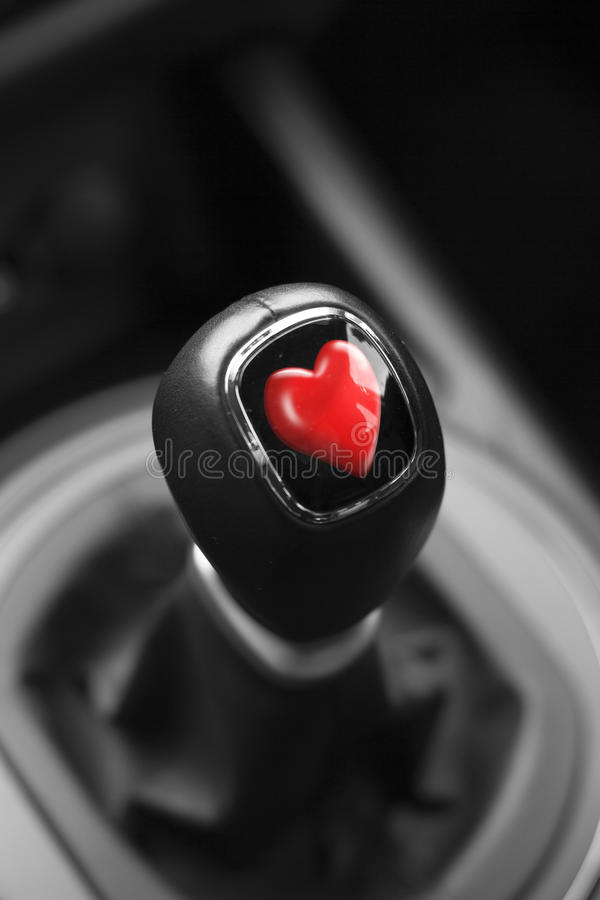 Coração dos Valentim em Gearstick de um carro foto de stock