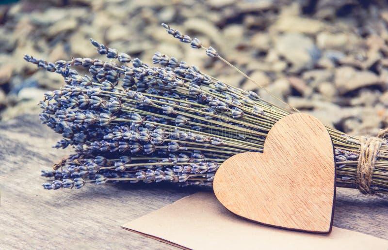 Coração e alfazema de madeira Conceito rom?ntico imagens de stock royalty free
