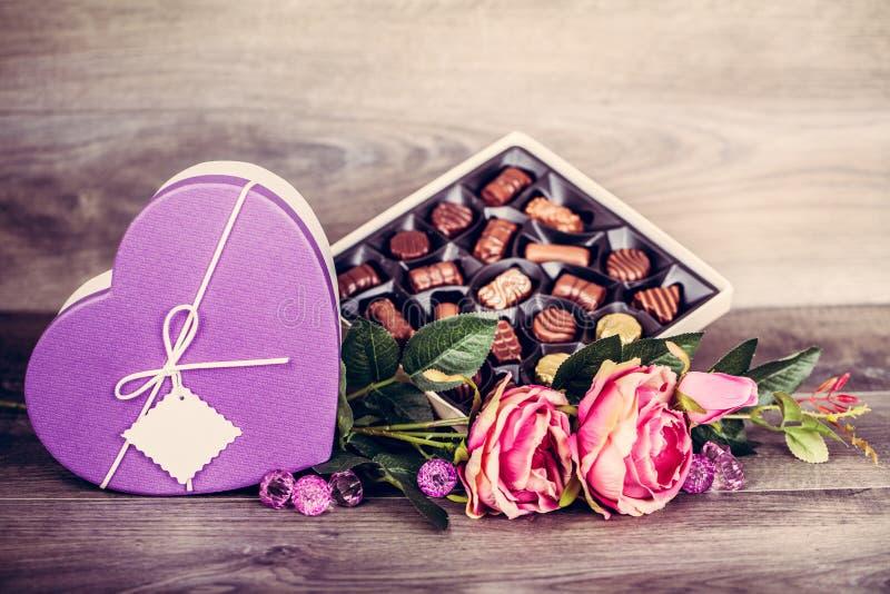 Coração e caixa dos chocolates fotografia de stock royalty free