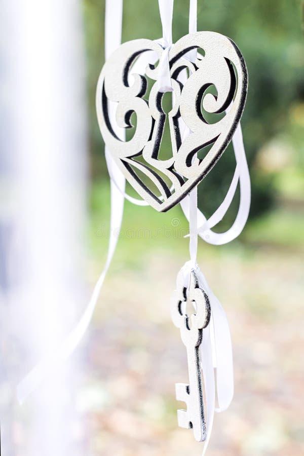 Coração e chave decorativos imagem de stock