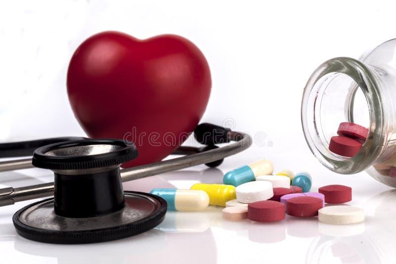 Coração e comprimidos vermelhos foto de stock