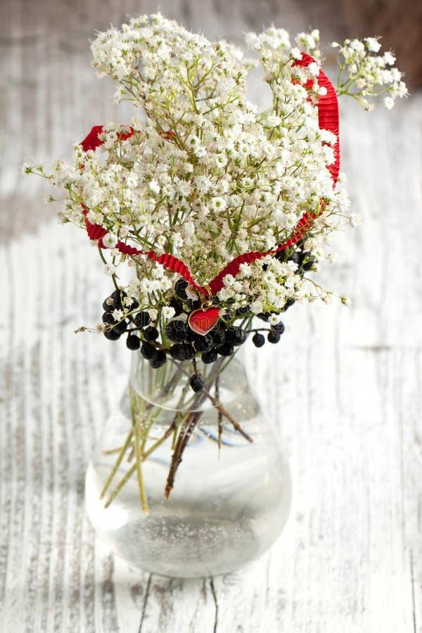 Coração e flores fotografia de stock royalty free