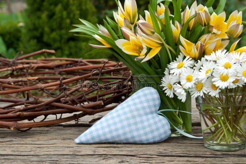 Coração e flores imagens de stock royalty free