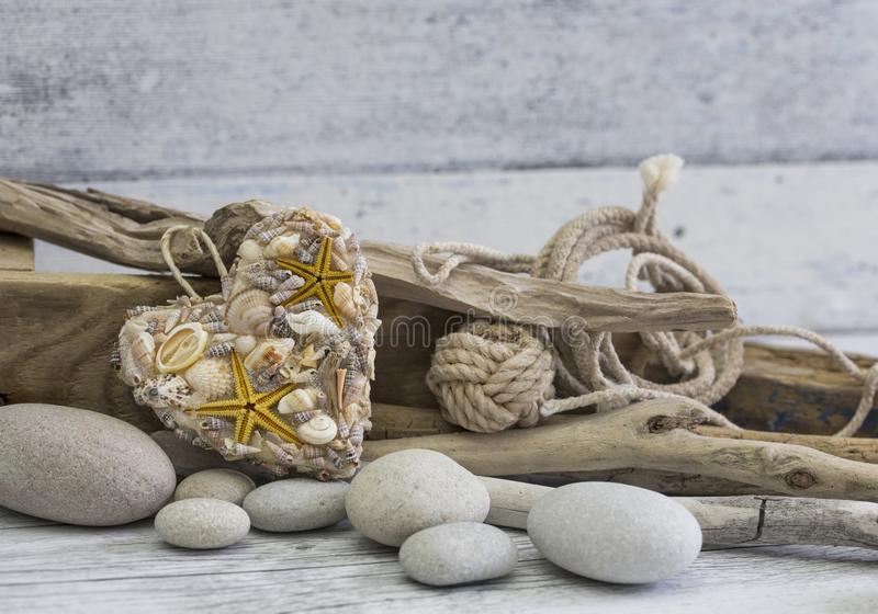 Coração e madeira lançada à costa imóveis marítimos da vida imagens de stock royalty free