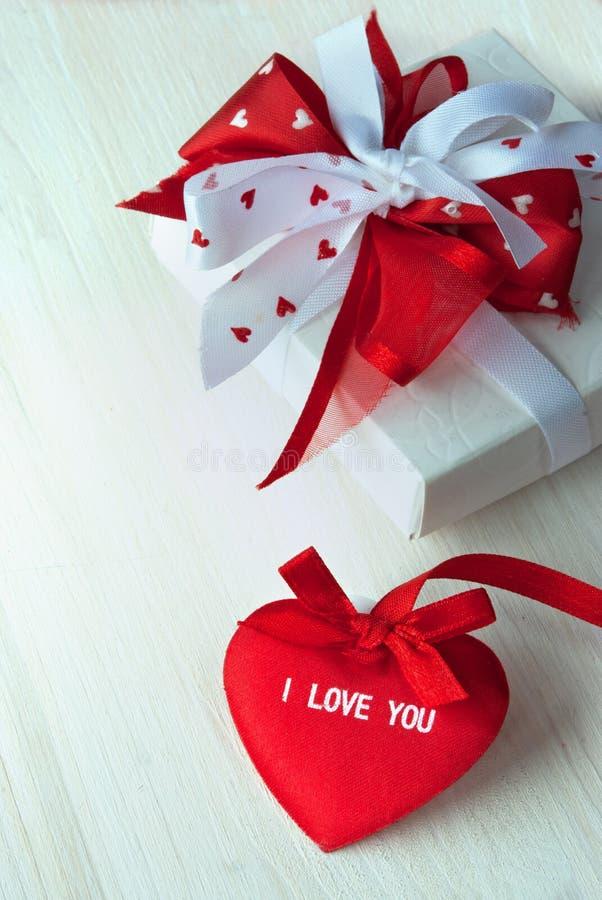 Coração e presente vermelhos do Valentim fotografia de stock