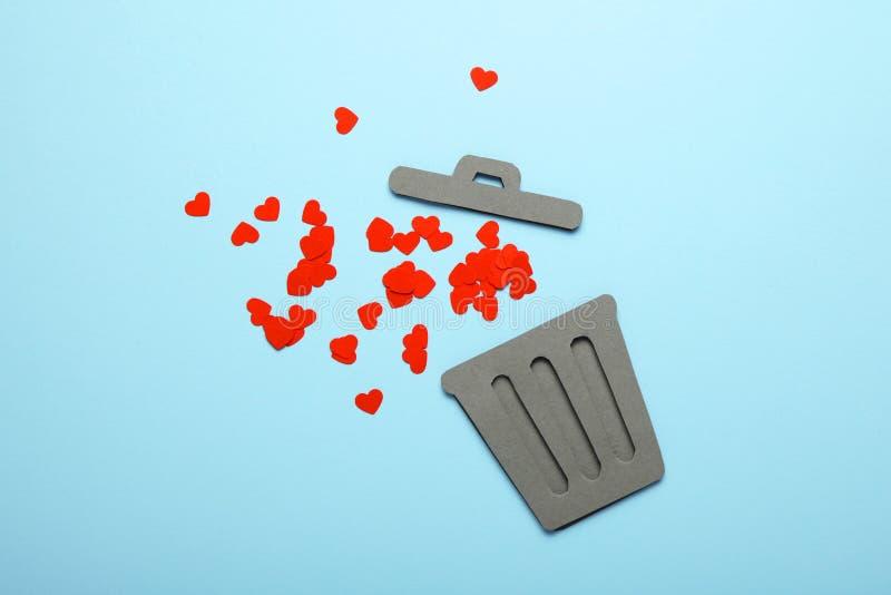 Coração e relacionamento rejeitados nos pares Corações quebrados vermelhos no balde do lixo imagens de stock royalty free