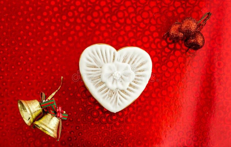 Coração e sinos de Natal brancos Comemorando o dia dos amantes Configuração lisa imagens de stock