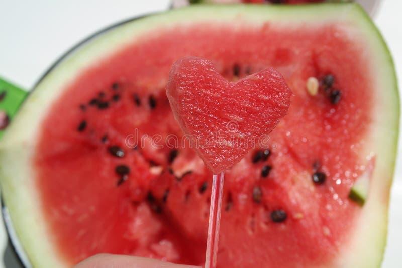 Coração encantador bonito suculento vermelho da melancia no fundo da melancia imagem de stock royalty free