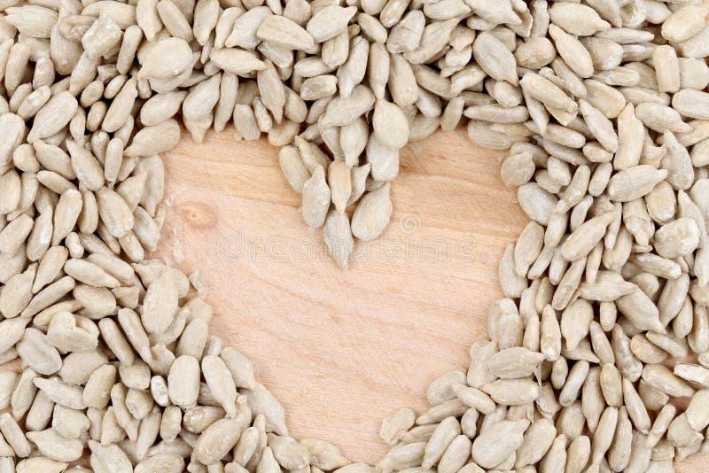Coração feito das sementes na tabela. imagens de stock