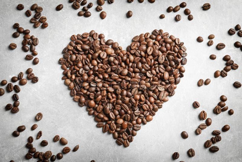 Coração feito de feijões de café fotografia de stock royalty free