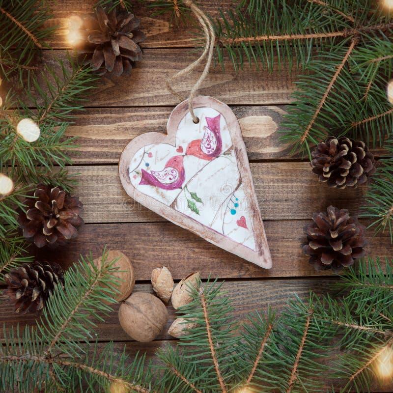 Coração feito a mão do pão-de-espécie no fundo de madeira imagem de stock