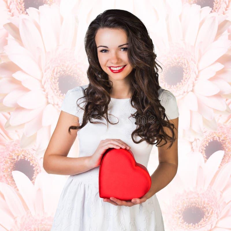 Coração feliz do vermelho do símbolo do amor da posse da mulher fotos de stock