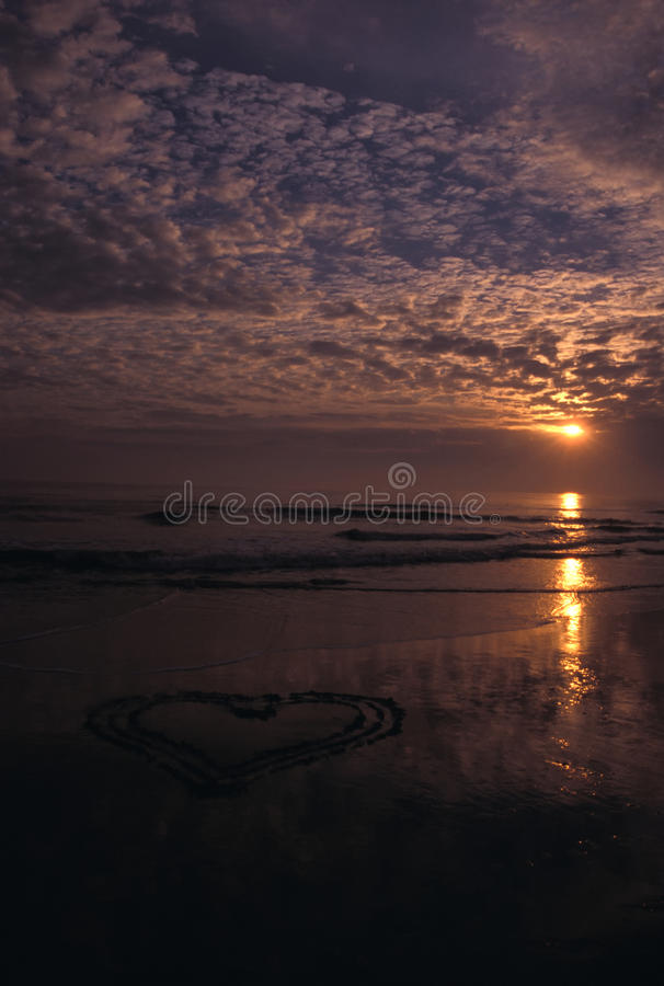 Coração na areia 2 foto de stock