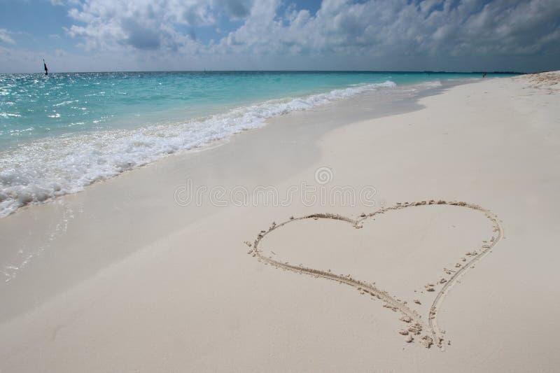 Coração na areia imagens de stock