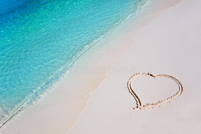 Coração na areia da praia no paraíso tropical imagens de stock