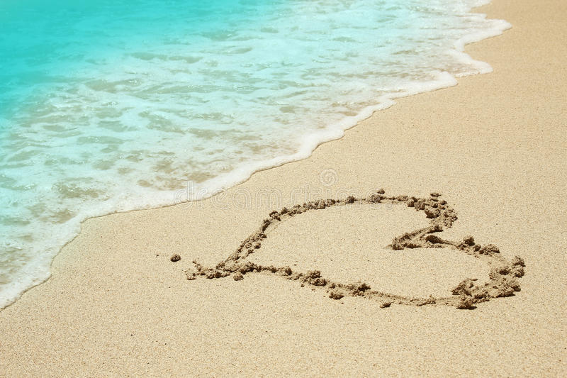 Coração na areia na praia imagens de stock