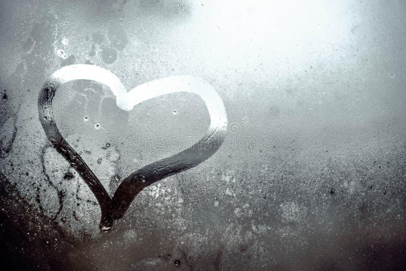 Coração na janela misted foto de stock